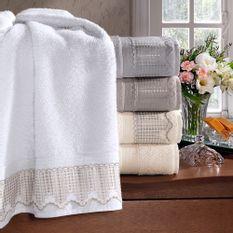 jogo-de-toalhas-5-pecas-em-algodao-500-gramas-por-metro-quadradoe-aplicacao-de-renda-bouton-leliz-Cor-Branco-vitrine