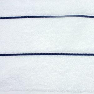 toalha-de-rosto-em-algodao-50x70cm-bouton-capri-listras-cor-branco-com-listra-marinho-detalhe